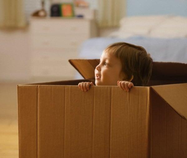 bambino-scatole-cartone