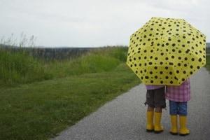 bambini-ombrello-pioggia