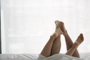 coppia-piedi-letto