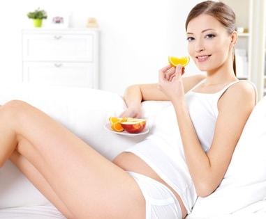donna-incinta-mangia-frutta.1500x1000