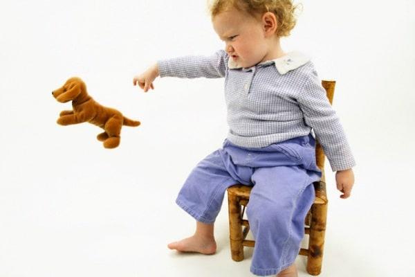 bambina-butta-per-terra-il-peluche