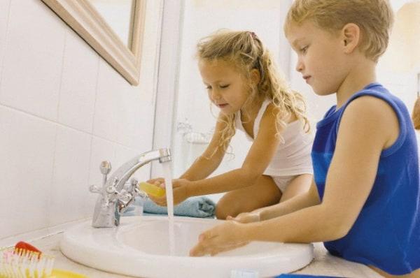 bambini-che-si-lavano-le-mani