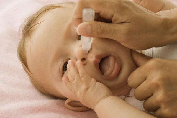 Come fare i lavaggi nasali ai neonati e bambini