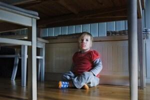 bimba-di-due-anni-sotto-il-tavolo.180x120