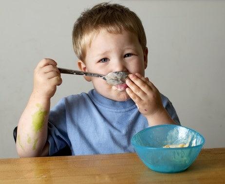 Alimentazione del bambino dopo 1 anno come e cosa deve mangiare - Cane che mangia a tavola ...