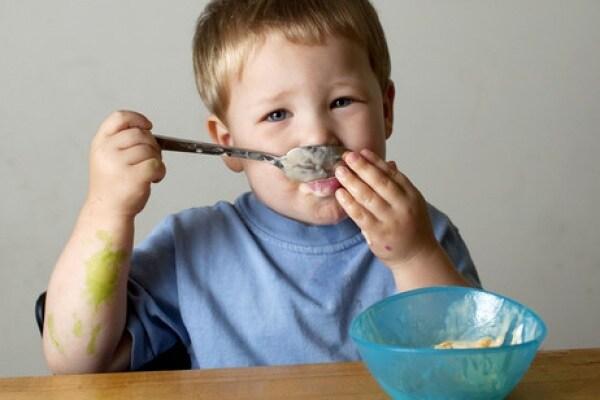 bambino mangia