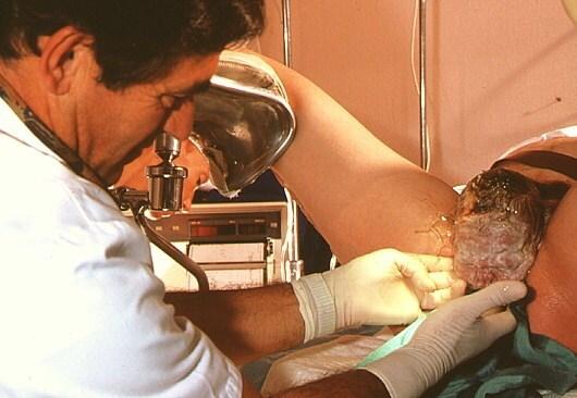 m8100169-woman_giving_birth_in_hospital-spl