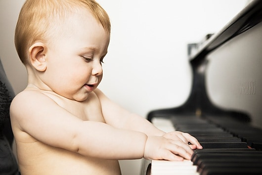 f0053578-baby_girl_playing_piano