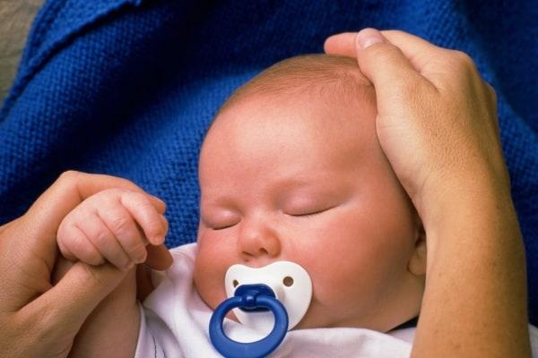 neonato con ciuccio