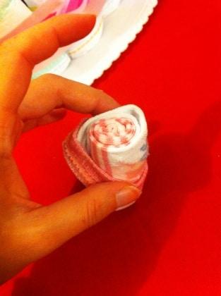 dettaglio-torta-pannolini-rosa-calza