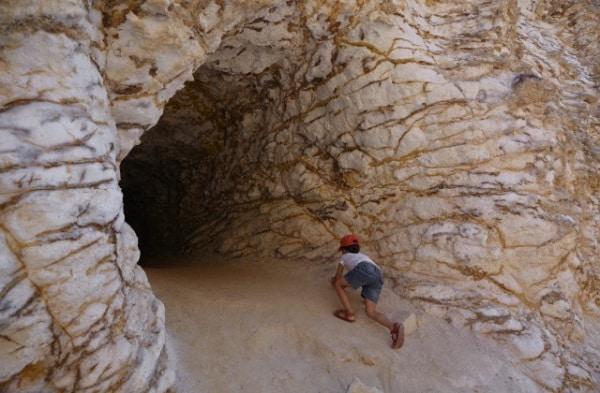 bambino-entra-nella-grotta.180x120