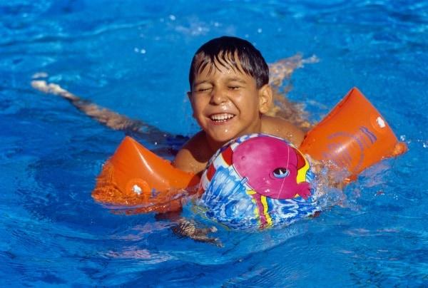 Bambini al mare senza paura - Bambini in piscina a 3 anni ...