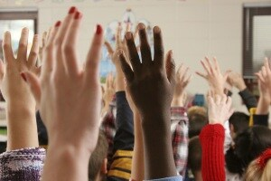 scuola mani alzate