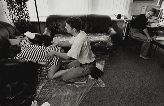 m8100238-woman_performs_labour_exercises_during_home_birth-spl