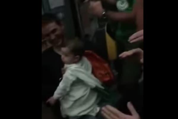 Europei 2016: tifosi irlandesi cantano una ninnanna per un bimba sul tram (VIDEO)