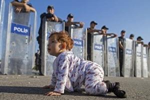 bambina-profuga-a-gattoni-davanti-alla-polizia.600