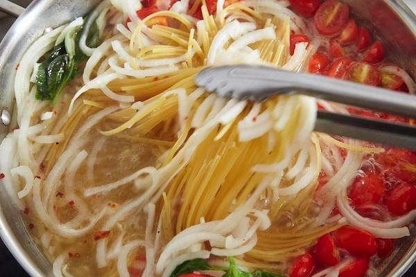 Spaghetti in padella express la ricetta 39 pugliese 39 di for Cucinare con 2 euro al giorno pdf