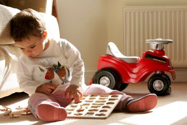 bambina di 2 anni che gioca