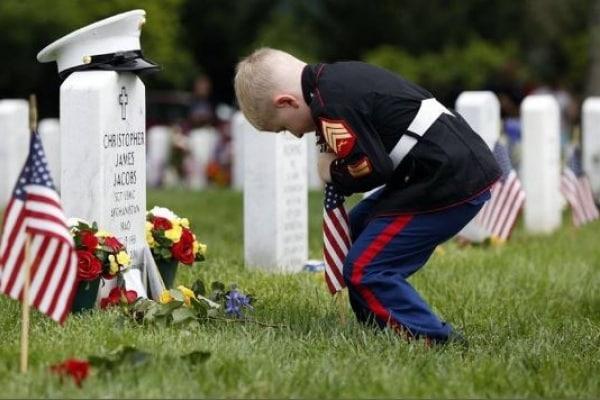 Usa, Memorial Day: bimbo orfano di guerra sulla tomba del padre