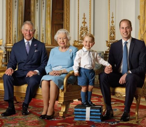 Per i 90 anni della regina la foto con gli eredi
