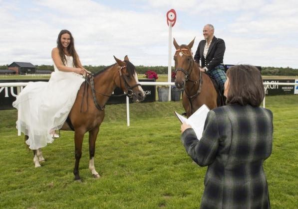 Matrimonio In Comune In Inglese : Matrimonio a cavallo la scelta originale di una coppia