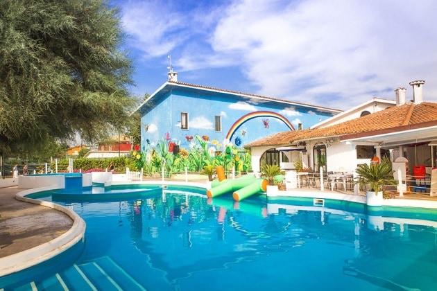 marche-fano-family-resort-girasole-piscinaeteatro