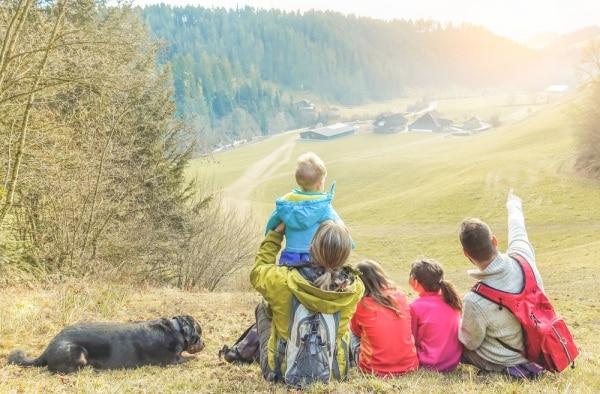 f24bb13f92 Trekking in montagna, consigli per famiglie che viaggiano con bambini e cani