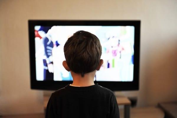 Troppa tv danneggia l'apprendimento: fino ai 5 anni, meglio massimo un'ora al giorno