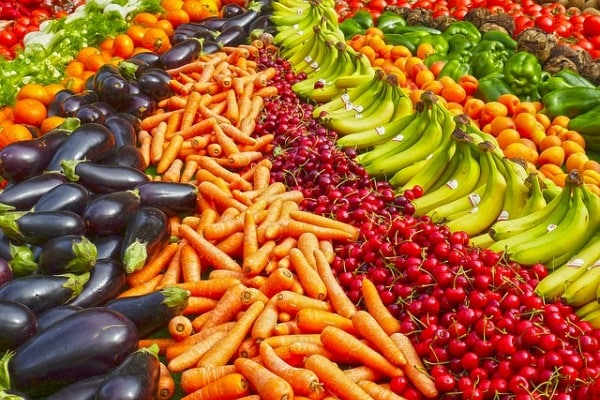 Giocare con frutta e verdura aiuta i bambini mangiarne di più