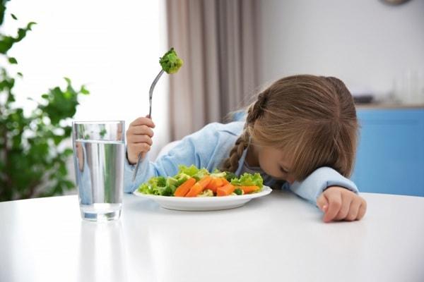 bambina e verdura