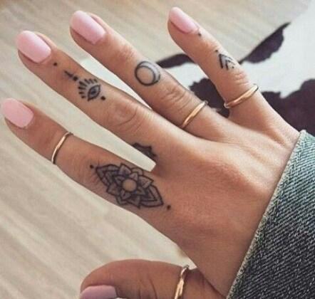 25 Tatuaggi Sulle Dita Davvero Fini Da Cui Trarre Ispirazione