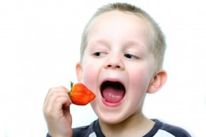 happy-little-boy-eats-strawberries.600