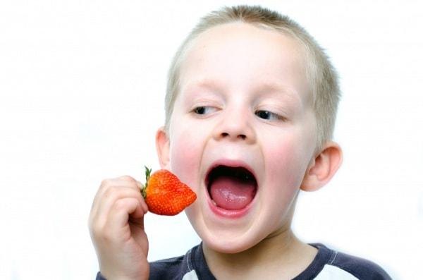 happy-little-boy-eats-strawberries.600