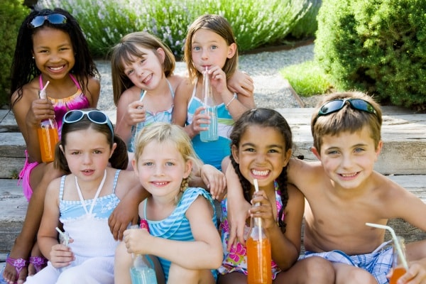 bambini con bibite