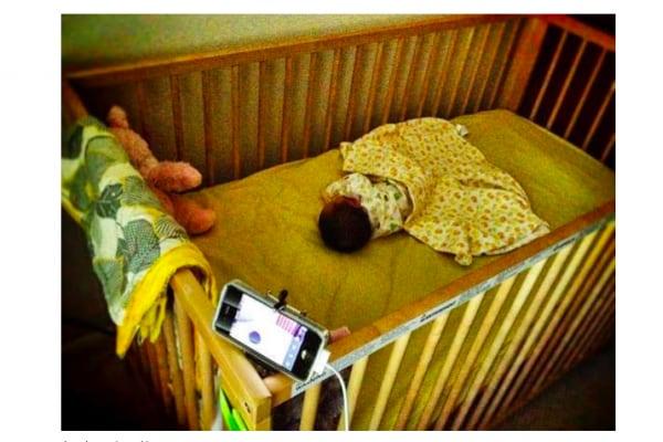 Lo smartphone monitora-bebè