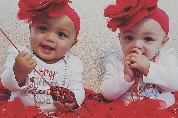 Gemelle diverse: le due sorelle interrazziali compiono un anno