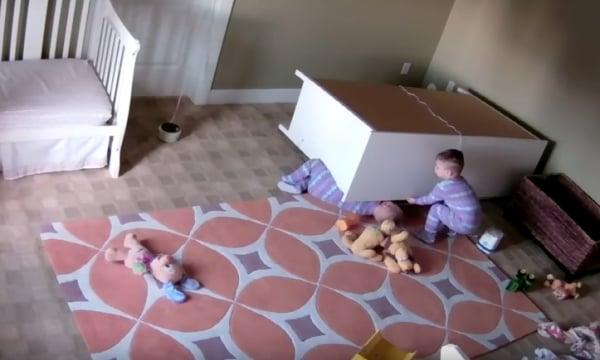 Usa, bimbo di 2 anni salva il gemello travolto dalla cassettiera