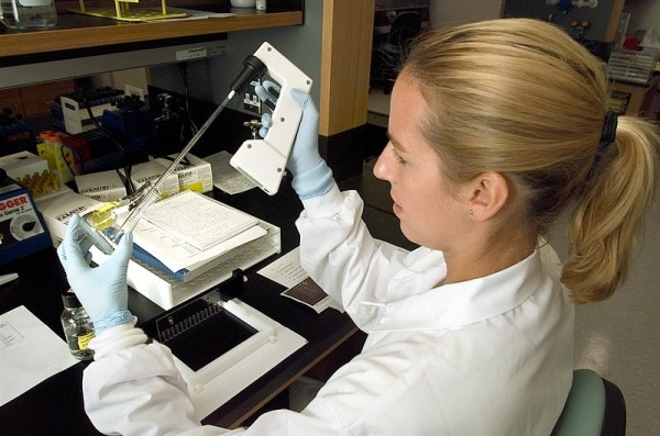 800px-microbiologist_01