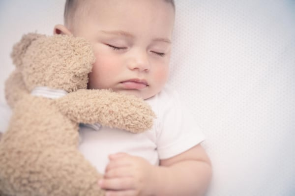 Come aiutare il tuo bambino a dormire senza piangere in otto passi