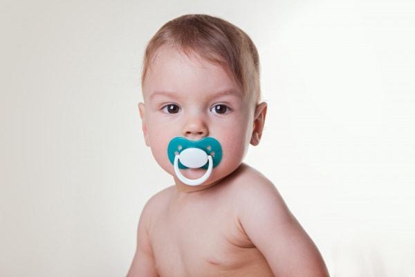 Genitori che succhiano il ciuccio del figlio per pulirlo: bimbi meno allergici?