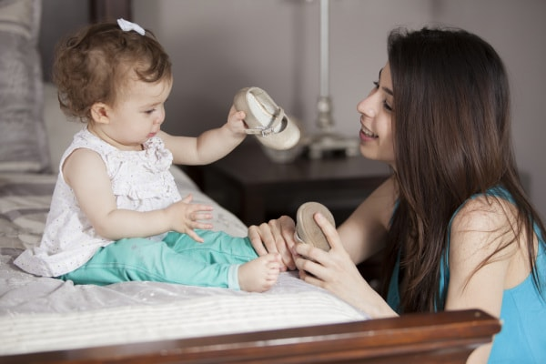 bambina e babysitter