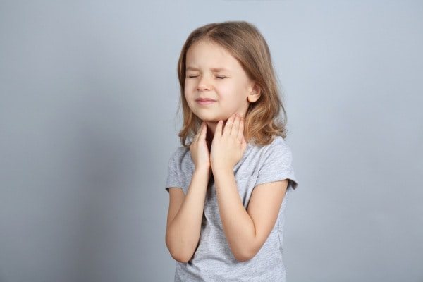 bambina mal di gola
