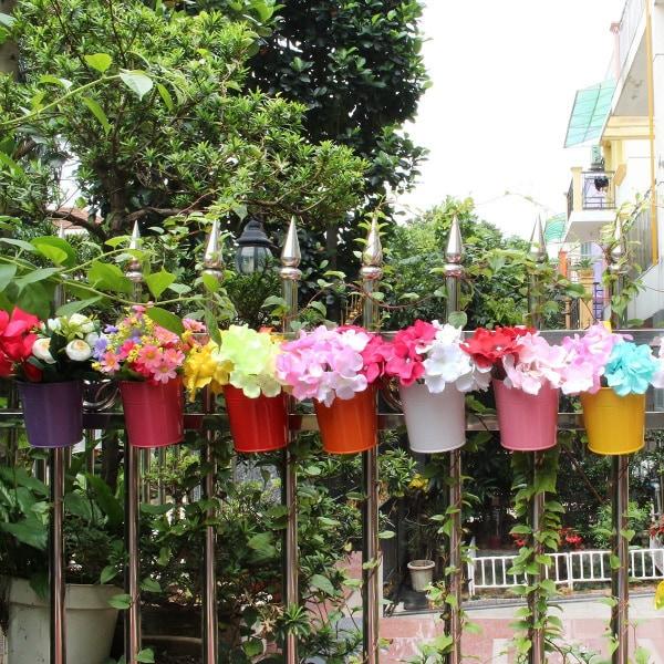 Vasi in metallo colorati